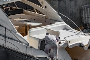 Yacht in riparazione
